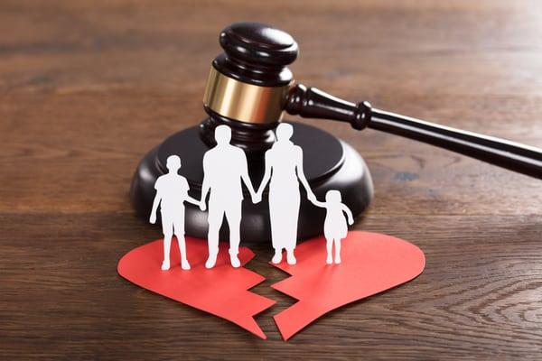 En advokat specialiserad på familjerätt kan bistå genom vårdnadstvisten i Stockholm